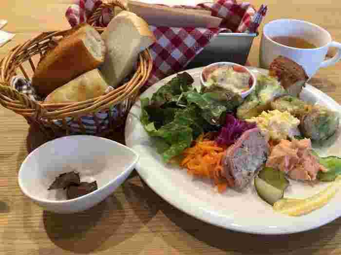 ランチメニューは、季節や月ごとに変わります。旬の野菜をたっぷりと使ったプレートや、あたたかなオニオンスープなどボリューム満点のランチが楽しめます。