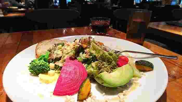 鮮やかなお野菜たっぷりのサラダや、ラタトゥイユやマリネなど、女性好みのヘルシーメニューもたくさん。ワインやシャンパンなどにも合う前菜やおつまみも充実しています。
