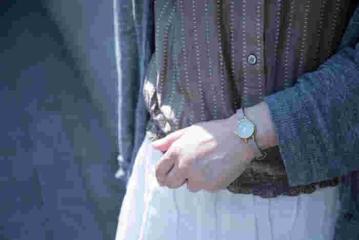 今までスマホで時間をチェックしていたという人も、社会人になると腕時計は必須アイテムです。制服やスーツにも合わせやすく、個性的すぎないスマートな腕時計を選びましょう。