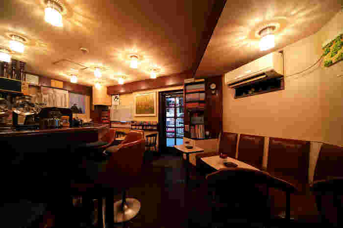 マスターがカウンターに立ち、こだわりの珈琲やドリンクを提供してくれます。店内も老舗喫茶店ならではのレトロな雰囲気が漂って居心地がよく、つい長居をしてしまいそう。