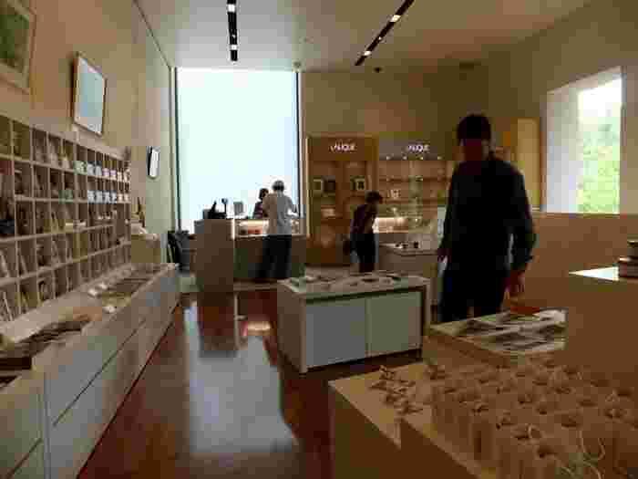 ミュージアム内には、常設展示室の他、企画展示室、仏の伝説的女優サラ・ベルナールに捧げられた一室「サロン・ド・サラ」、当時の邸宅の一室を移築再現した「ベル・エポックの部屋」もあり、見応え十分です。  各展示室は、時代や作品の雰囲気に応じた設えで、ラリックが活躍した時代の雰囲気に浸りながら、ゆったり観賞できます。 【画像は、100種以上のポストカードやオリジナルステーショナリーが揃う美術館内のミュージアムショップ。】