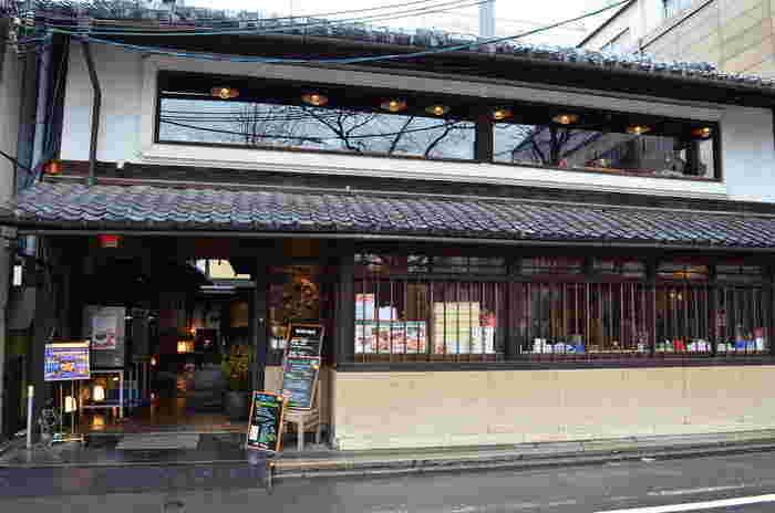 京都には、古き良き時代からいくつも残っている町家。近年、建築技術の発展によって、災害に強い、より住み良い住宅が立ち並ぶようになりました。つまり町家は、本来なら、時代とともに変わりなくなってしまいたかもしれないのです。