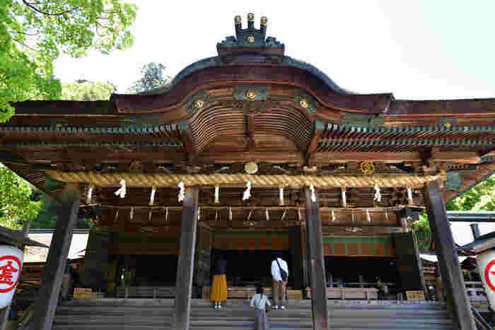 """香川定番の観光スポットとして知られているのが、「金刀比羅宮(ことひらぐう)」。""""こんぴらさん""""の呼び名でしたしまれており、香川を訪れたことのない方でも、名前を聞いたことがある方は多いはず。江戸時代からの歴史があり、参道入口から御本宮まで785段の石段があることも有名です。登りきった後の達成感はたまりませんよ。"""