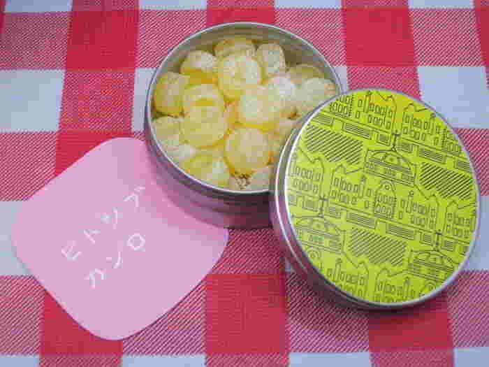 さりげなくて可愛い手土産を探している方におすすめなのが、JR東京駅の構内のグランスタにある「ヒトツブカンロ」。キュートなパッケージが評判で、「フルーティアロマのど飴」は缶ごとに味が違うのもお楽しみのひとつ。こちらの東京駅舎をデザインモチーフにした缶はグランスタ限定で、ハニー&レモン味です。