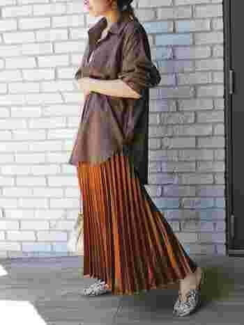 くすみブラウンのシャツ×明るめブラウンのスカートのブラウンコーデ。落ち着いた色合いとスタンダードなタイプのシャツなので、ボトムスにはデザイン性のあるプリーツスカートとパイソン柄のバブーシュを合わせて個性的に♪