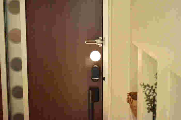 夜になると玄関が真っ暗で困ることありませんか? 無印のマグネット付きセンサーライトは、人感センサーなので無駄がなく、ほしいときに灯りが。 玄関にもちょうどよい小ぶりなサイズです。
