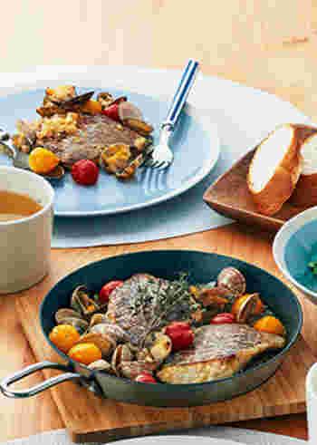 簡単なのにおしゃれな魚介料理として愛されるアクアパッツァ。こちらは、オーブン使用できるグリルパンを使って、まるごとアツアツに仕上げています。グリルパンごとテーブルに出せますので、便利でおしゃれ♪