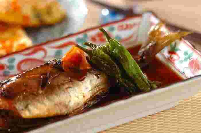 和食の定番煮魚。アジは煮ても美味しい魚です。生姜をたっぷり入れてコトコト煮れば、本格的な煮魚の完成。時間がかかると思われがちな煮魚ですが、煮汁が煮たってから魚を加え10分ほど煮るだけでOK。アジをさばくのが面倒な時は、お店で下処理をしてもらい煮魚にしましょう。