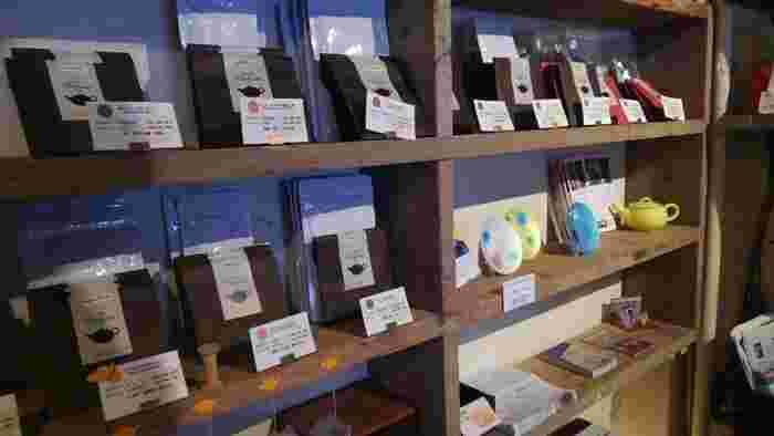 店内では、さまざまな種類の紅茶がお手軽なパッケージで販売されています。友人へのちょっとしたおみやげにもぴったり。