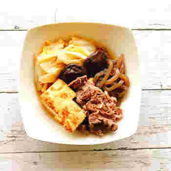 カロリーオフも叶う「ヘルシーすき焼き」。白菜の根本をボウルの底に敷き、その上から他の食材を重ねることで、まんべんなく柔らかな仕上がりになりますよ。