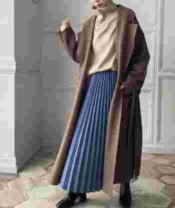 鮮やかなブルーは、ベージュやブラウン、ブラックなど、落ち着いた色と合わせてトーンダウンさせて。ロングコートやカーディガンとあわせ、チラリと裾を見せるスタイルにまとめてもOKです。