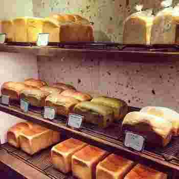『カヤバ珈琲』の「たまごサンド」で使用されているカヤバ食パンを始め、山型食パンなどの食パンとハード系のパン。カヤバベーカリーのパンは、しっかり練った生地を低温で長時間発酵させ、こんがりと焼き上げているのが特徴で、ふっくらもちもちした食感!小麦など日本のおいしい食材にもこだわっています。