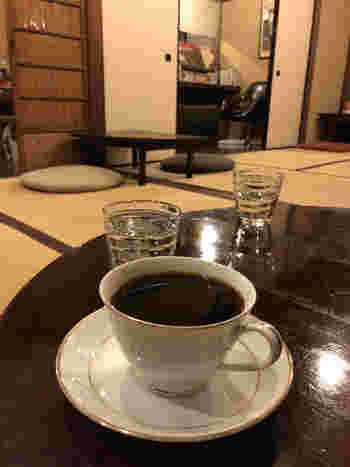 深煎りのコーヒーは、自家焙煎した味わい深いものです。ネルドリップで一杯一杯丁寧に抽出してくれます。ブレンド3種、シングル5種とメニューも豊富なので、じぶん好みのコーヒーに出会えるかもしれませんね。