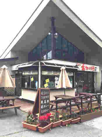 精進湖からすぐ、富士パノラマラインと精進ブルーラインが交差する赤池交差点にある大きなレストラン「ニューあかいけ」はアットホームな雰囲気がほっこりするレストラン。