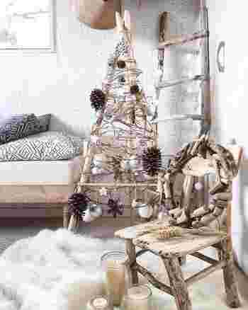 ティピーと呼ばれるインディアンテントをモチーフにしたクリスマスツリー。木、竹ひご、松ぼっくりなど天然素材をふんだんに使ったオリジナリティあふれる仕上がり。なちゅらるだけどちょっぴり個性的に楽しみたい方におすすめです。