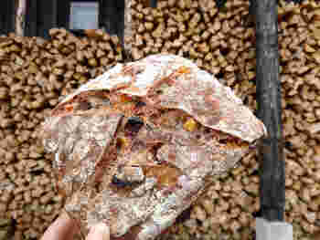 中にたっぷりと具が入った「ドライフルーツのパン」。しっとりとした生地からは、噛むほどに旨みや香りが感じられます。