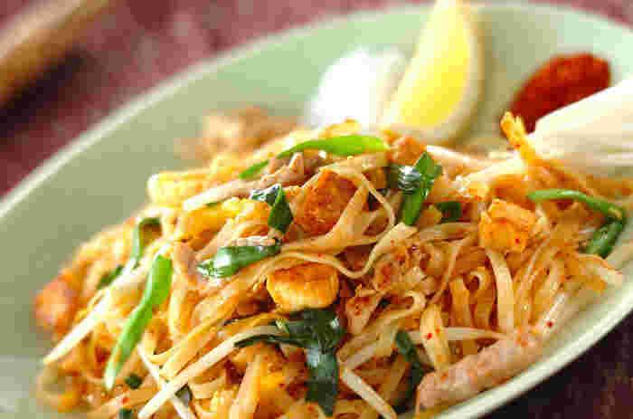 """タイで人気の国民的麺料理、パッタイのレシピ。ビーフンよりも幅の広い""""センレック""""という米麺を使います。甘み・辛み・酸味、そして干しエビの旨味が詰まった、奥深い味わいのエスニック麺。ぜひ味わってみて!"""