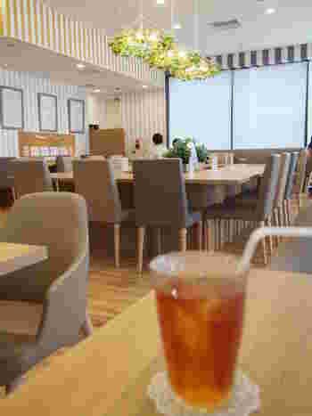 シンプルでかわいらしい雰囲気の店内。こちらは銀座・キラリトギンザにあるアクセサリーパーツショップ「貴和製作所」に併設されている「ATELIER CAFE(アトリエカフェ)」。