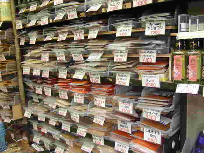 スパイスと豆の専門店「大津屋商店」は、カレーを手作りする人やスパイス好きな方に有名なお店で、店内にはいろいろなスパイスやハーブが陳列されています。どれも品質がよくリーズナブルなことから、プロも買いに来るそう。