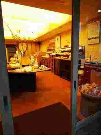 和の雰囲気が神楽坂の町並みにしっくりなじむ店内では、肌診断を受けることができます。スキンケアやボディケア、ヘアケア商品など、どれも気になる商品ばかり。ぜひ和コスメでキレイを目指してみませんか? (※併設のカフェは後ほどご紹介)