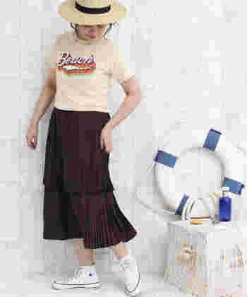 細プリーツが繊細な2段ティアードスカートは、そのムードある揺れ感が素敵。ロゴTシャツやスニーカーを合わせても、レディ感はしっかりキープできます。春夏にまとうブラウンも新鮮ですね!