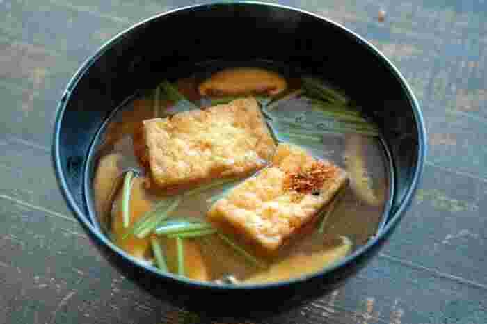 通常お豆腐と油揚げ2つの食材が必要な豆腐のお味噌汁ですが、厚揚げを使えば一石二鳥!ボリュームもあるので、一杯で満足感があります。仕上げに七味を少し加えると、より一層美味しくなりますよ◎