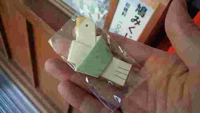 鳩の形をした「鳩みくじ」は、淡いグリーンとイエローがやさしい雰囲気。かわいらしい表情にほっと和みますね。