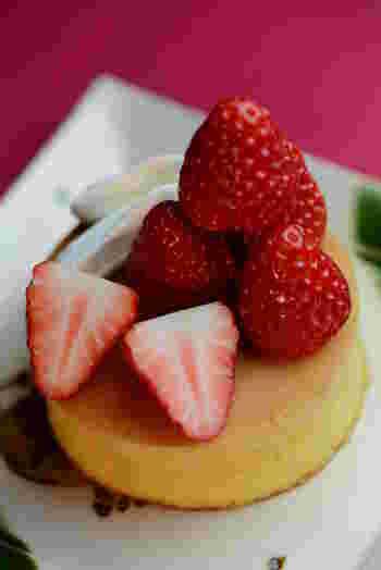 こちらで頂くパンケーキはふわふわ!こだわりの京都産の苺がたっぷりのっている苺のパンケーキは、苺の旬の季節に是非食べたい逸品です!
