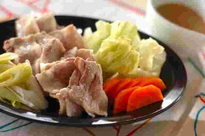 せいろで蒸すことで、豚バラ肉の余分な脂も落ち、しかも野菜の栄養が逃げにくいのでとてもヘルシー。体に優しいうえにボリュームもたっぷりで、健康を気遣う方やダイエット中にもおすすめです。