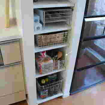 キッチンのシンクと冷蔵庫の間にある棚にバスケットごと収納。ワイヤーの質感がクールでスタイリッシュなので、キッチンをすっきりと見せてくれます。