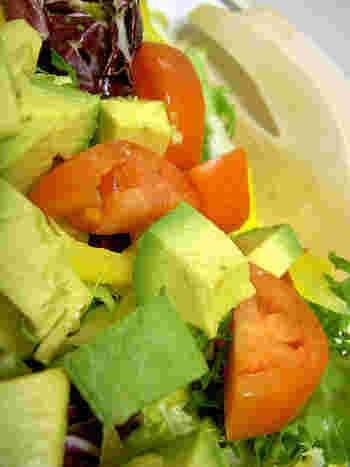 例えばトマトはアボカドと一緒に摂取するとで、トマトに含まれるリコピンの吸収率が良くなることが知られていますよね。食べ合わせをうまく利用してパワーサラダを作れば、ただ食べるよりも栄養素の吸収率をアップすることができます。