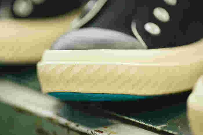 「SHOES LIKE POTTERY」のソールのゴムテープには、一つひとつ縄目模様の型押しが。焼き物のように、一点ごとに異なる表情が生まれます
