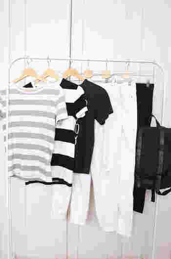子どもから大人への成長期にあたる中学生頃の服装は、シンプルなものを選び、枚数も少なめにしておくといいでしょう。  高校生になったら、好みも変わりますし、自分の基準で服を選ぶようになります。