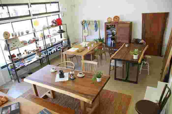 お店に一歩入ると、天然木を使った憧れの家具の数々が! オーダー時には、自宅まで採寸に来てくれるんですよ♪