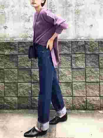 スポックシューズは、素足を見せる着こなしをすることで、足元をスッキリとおしゃれに見せることができます。ハイウエストパンツやワイドパンツなど、重たい雰囲気になりがちなボトムスも軽やかな印象に。