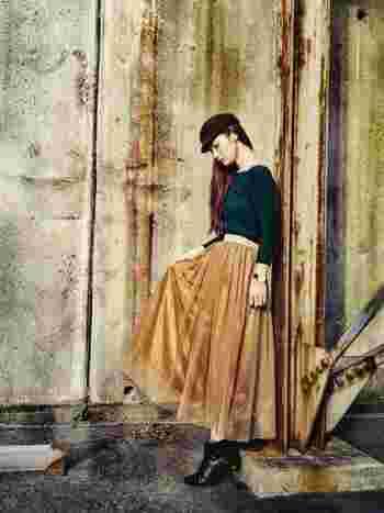 ベージュのチュールスカートは、一気におしゃれ上級者に見せることができます!モスグリーンやダークブルー、パープルなど色物ニットとも相性がいいので、秋・冬コーデにおすすめのカラー。