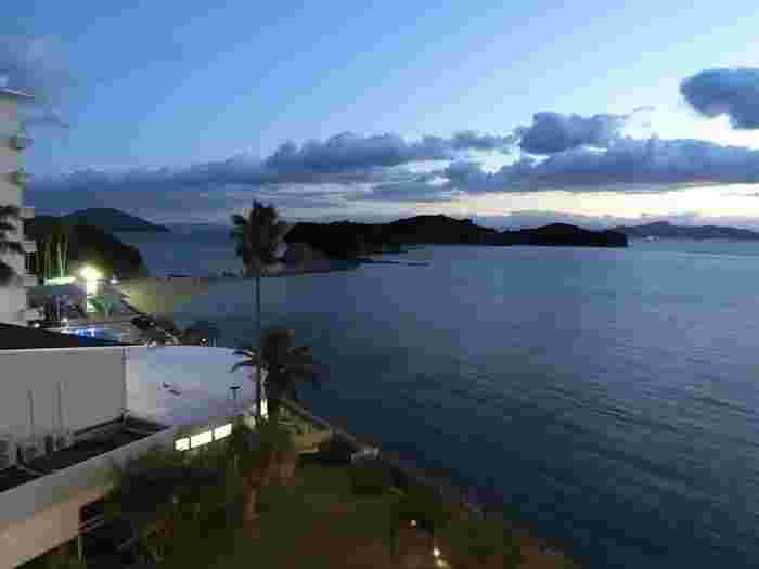 エンジェルロードにほど近い「小豆島国際ホテル」。全室オーシャンビューの客室からは先ほどのエンジェルロードを眺めることができます。小豆島で採れる海の幸・山の幸をふんだんに使ったお料理や温泉露天風呂が楽しめます。