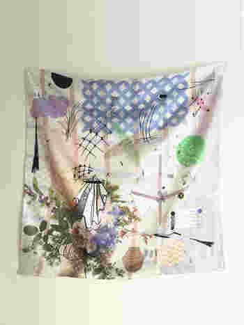 こんな素敵なスカーフに。松尾さんのクリエイティブな世界観が1枚のスカーフの中に広がって。平面的なようで、不思議な奥行きのある風景。アクセサリーとして身につけてもいいけれど、広げてお部屋を飾りたくなるアートな作品に仕上がりました。