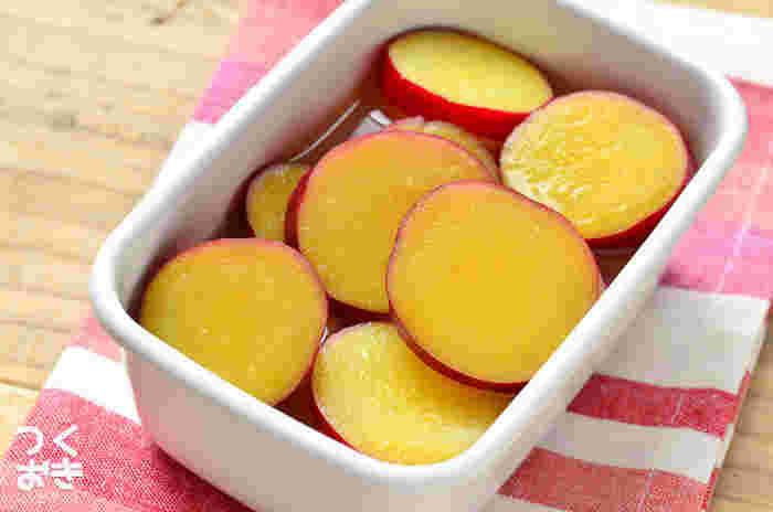 さつまいものレモン煮は、お弁当に入っているとうれしいおかずですね。デザート感覚もあり、お口の中がすっきり。元気カラーも、お弁当箱の中で存在感を発揮します。
