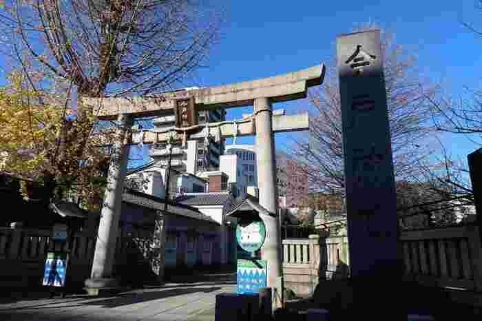 今戸神社は浅草駅から徒歩15分程の場所にあるお店です。浅草の初詣といえば浅草寺が有名ですが、浅草には他にもいくつかの神社があり、一緒に訪れる方も多いようです。歴史上初めての夫婦といわれる伊弉諾尊・伊弉冉尊が祀られていることや、今戸神社の建っている住所から「縁結び」のご利益があるとされています。
