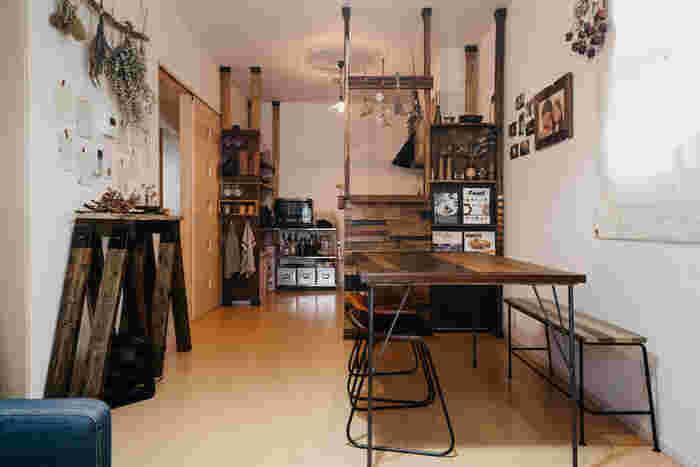 ダイニングテーブルをキッチン前、さらに壁際に配置することで、動線の邪魔にならず移動もラク。 ダイニングテーブルとキッチンカウンターは同じ古材を使ってDIYしたもの。テーブルやイスの脚は細めのアイアンなので、圧迫感がなくスッキリと魅せています。まるでカフェのような落ち着いた空間ですね♪