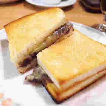 大須ういろ直営「喫茶むらやまエスカ店」の小倉トーストは、老舗和菓子店のあんこを使用した贅沢な味。写真の「小倉チーズトースト」も人気です。新幹線のホームの近くなので、名古屋旅行の行き帰りに立ち寄ってみてはいかがでしょう。