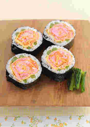 ママ友たちから感嘆の声が上がりそうなとってもフォトジェニックな「お花の太巻き寿司」。桜でんぶとスモークサーモンのコントラストが美しい!