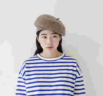 被り口をあえて長めに作ることで、2wayでの着用が楽しめるウール素材のベレー帽です。縁を内側に折りこめば、ベーシックなベレー帽として。縁を斜めや前に出して、バランス感を調整しながら被るとユニークなシルエットに。シンプルなベレー帽に飽きを感じているという方にも、おすすめのアイテムです。