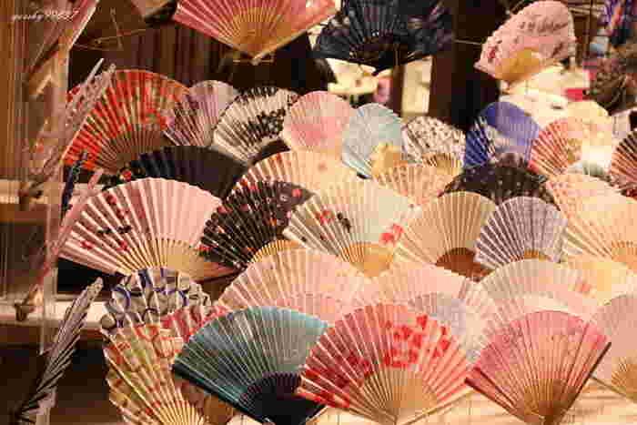 清水寺参道に店舗を構える京扇子の専門店「錦古堂」には、目移りしてしまう程の美しい扇子が並びます。 美しい伝統的な和柄の扇子から、若い人でも気軽に持ち歩けるパステルカラーの扇子まで幅広いデザインの扇子が揃っているので、きっと、お気に入りのひとつを見つけることが出来るハズ! 暑い季節、バッグの中にひとつ、自分のお気に入りの京扇子を忍ばせる…。なんて、なんだか素敵ですね!