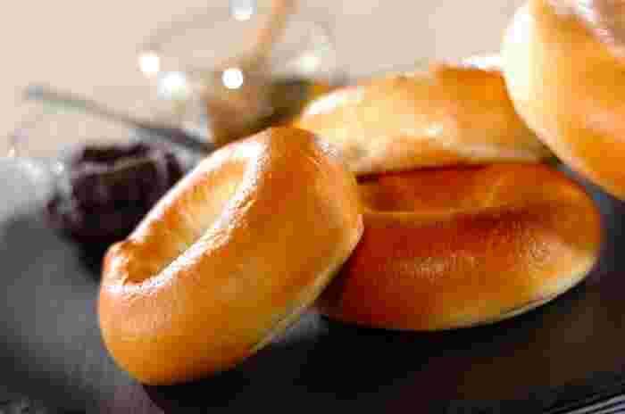 ベーグルは、17世紀に東欧のユダヤ人コミュニティで食べられていたのが始まりといわれますが、1880年代にユダヤ系ポーランド人移民がアメリカに持ち込んだことで広まったとか。とくに20世紀の終わり頃にニューヨークを中心に人気のパンになりました。
