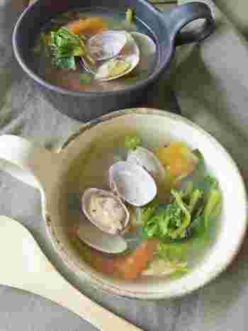 あさりとトマトの旨味がたっぷり染み出したスープに空芯菜を。ササッとできるので朝食にもおすすめ。その場合、気になる方はにんにくを抜いてもよさそうです。