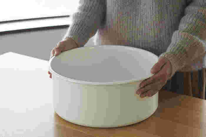 丈夫で清潔な琺瑯製の粗い桶です。熱湯消毒はもちろん、塩素系の漂白剤にも問題なく使用できます。