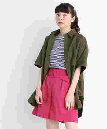 鮮やかなピンクのハーフパンツも、トップスがカーキシャツなら大人モードな雰囲気に。シャツはバサッと着流すのがこなれ感の秘訣です。