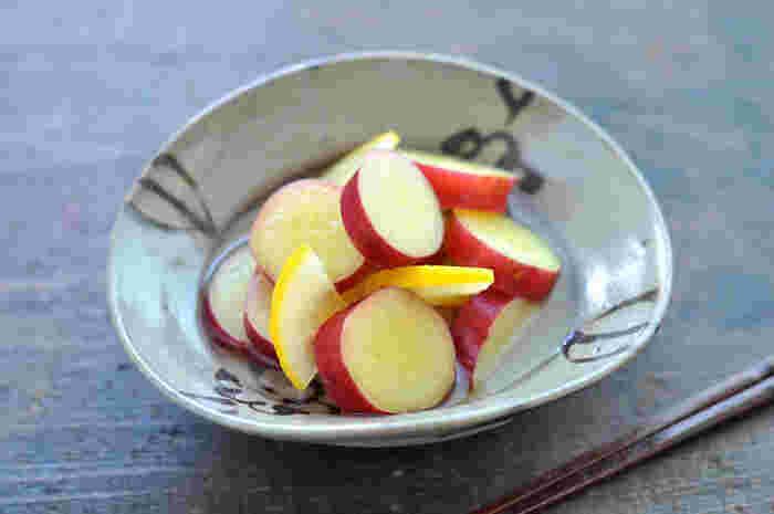 鮮やかな黄色が目にもおいしいさつま芋のレモン煮です。お弁当や、おもてなし料理にパッと華を添えてくれます。蜜ごと冷凍保存も出来るので、多めに作っておくのもいいですね。